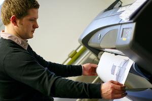 Produktdesigner Eugen druckt eine technische Zeichnung an einem Spezialdrucker aus