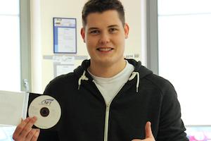 Systemplaner Marco präsentiert die Dokumentation eines erfolgreichen Projektes auf CD