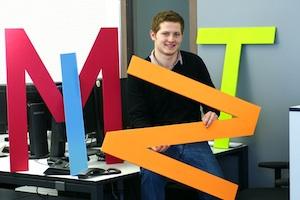 Porträt des technischen Produktdesigners Eugen Braun mit bunten MINT-Buchstaben