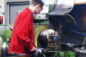 Zerspanungsmechaniker Rico arbeitet an einer CNC-Anlage