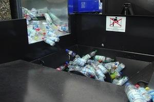 PET-Flaschen werden in einer Anlage zur Abfallverdichtung zerkleinert