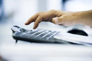 Großaufnahme von Hand über Computertastatur