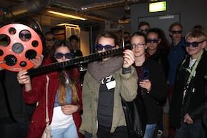 Let's MINT Infos für Schüler: Jugendliche mit 3-D-Brillen halten Filmrollen und Zelluloidstreifen in die Kamera