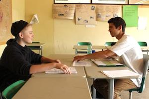 Let's MINT Schulen: Schüler und Let's MINT-Scout bei einem Beratungsgespräch