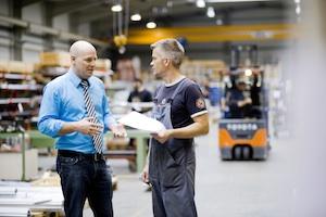 Geschäftsführer Jan Liescher unterhält sich mit einem Meister in der Produktionshalle