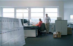 Mitarbeiter der Konstruktion im Gespräch
