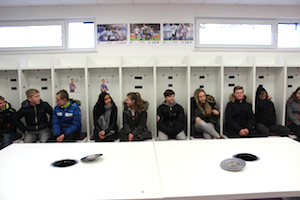 Schüler besichtigen die Spielerkabine sitzen auf den Plätzen der Spieler vom VFL Osnabrück