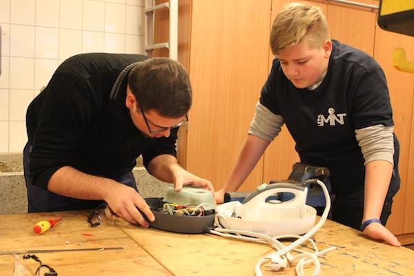Mechatronik-Azubis reparieren mit Tüftler-Crew