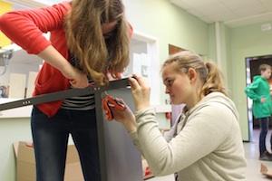Zwei Schülerinnen der Ibbenbürener Tüftler-AG schrauben eine Werkbank zusammen
