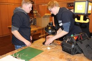 Stiftung der Sparkassen fördert das Tüfteln von Jugendlichen, das Bild zeigt zwei Schüler bei der Reparatur einer Lampe