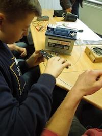 Reparatur 4.0: Schüler verkabeln eine Leuchte mit einer 12 V-Batterie