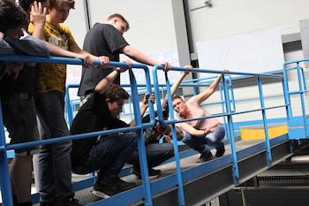 Elektrorecycling bei Enviprotect: Schüler stehen mit Mitarbeiterin auf einer Eisenbrücke und blicken in eine Anlage