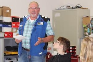 Das Foto zeigt den vor den Schülern stehenden Franz-Josef Otte, der vor dem Einrichten der Werkstatt die Jugendlichen in die Sicherheitsregeln einweist