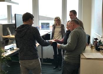 Aktion zur Abfallvermeidung: Schüler übergeben Mitarbeiterin im Büro Handzettel